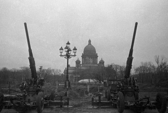 RIAN_archive_5634_Antiaircrafters_guarding_the_sky_of_Leningrad