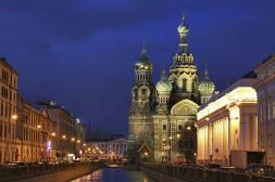 Cathédrale Saint Sauveur sur le Sang Versé majestueuse de nuit