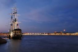 Étendard amarré sur les quais de Saint-Pétersbourg