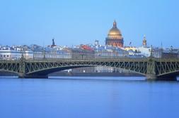 Vue sur la ville par le pont Troïtsky