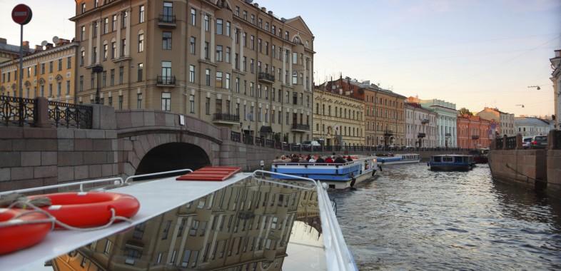 prommenade en bateau sur le canal de la moïka