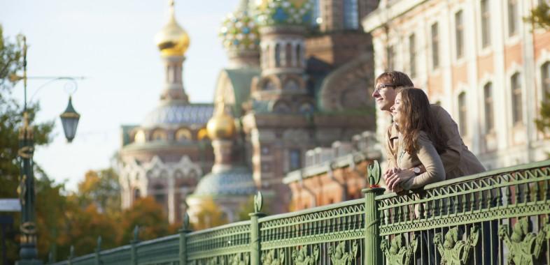 Couple sur les quais de Saint-Pétersbourg devant la cathédrale Saint Sauveur
