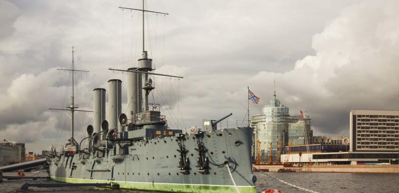 Croiseur Aurore amaré sur les quais de la Neva