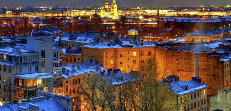 les toits enneigés de st petersbourg durant l'hiver