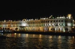 Vue de nuit sur le Palais d'Hiver depuis la Néva