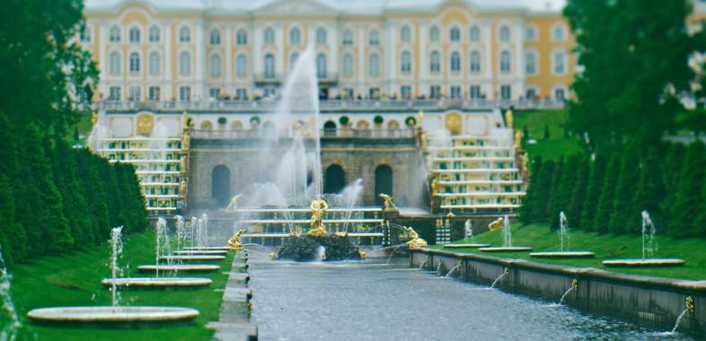 Palais de Peterhov et Pouchkine à l'architecture impériale