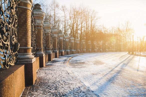 Saint-Pétersbourg sous la neige illuminée par le soleil hivernal