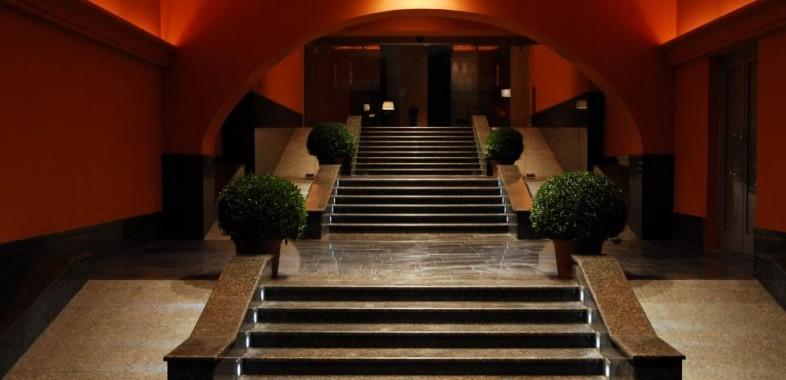 """escalier à l'entrée du restaurants atypiques """"dans le noir"""" à saint petersbourg"""